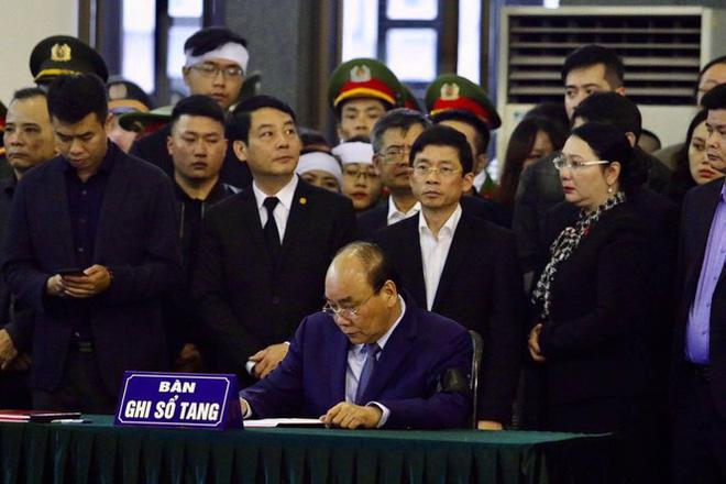 Thủ tướng Nguyễn Xuân Phúc tới viếng 3 chiến sĩ sỹ hy sinh ở Đồng Tâm - Ảnh 23.