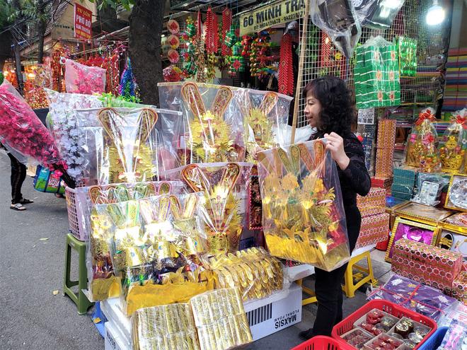 Người Hà Nội nhộn nhịp mua sắm đồ lễ tiễn ông Táo về trời - Ảnh 1.
