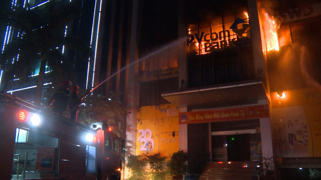 2 người tử vong, 13 người đi cấp cứu sau vụ cháy tòa nhà dầu khí Thanh Hóa - Ảnh 1.