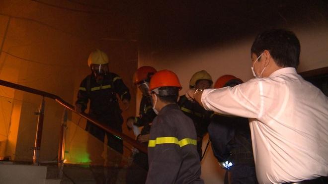 2 người tử vong, 13 người đi cấp cứu sau vụ cháy tòa nhà dầu khí Thanh Hóa - Ảnh 2.