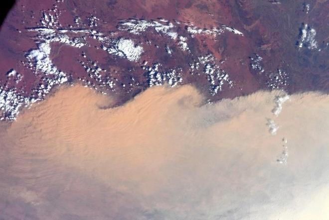 Phi hành gia NASA chụp khói cháy rừng Australia từ không gian - Ảnh 1.