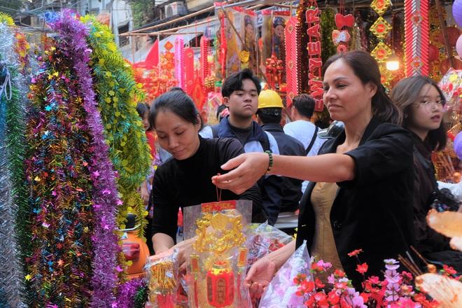 Người Hà Nội nhộn nhịp mua sắm đồ lễ tiễn ông Táo về trời - Ảnh 15.