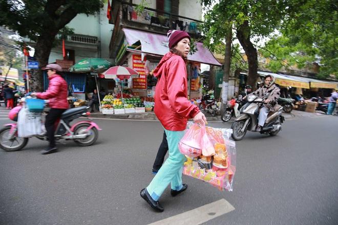 Người Hà Nội nhộn nhịp mua sắm đồ lễ tiễn ông Táo về trời - Ảnh 2.