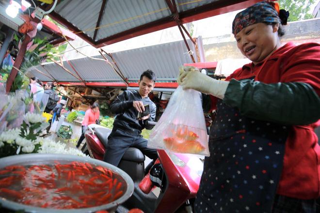 Người Hà Nội nhộn nhịp mua sắm đồ lễ tiễn ông Táo về trời - Ảnh 5.