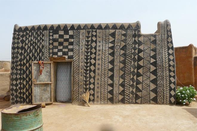 Ghé thăm làng đất nung độc đáo của quý tộc châu Phi, ngôi nhà nào cũng là tác phẩm nghệ thuật đặc sắc - Ảnh 1.
