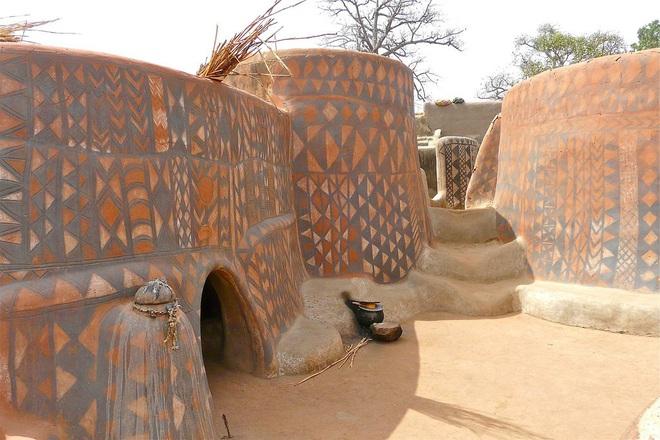 Ghé thăm làng đất nung độc đáo của quý tộc châu Phi, ngôi nhà nào cũng là tác phẩm nghệ thuật đặc sắc - Ảnh 6.
