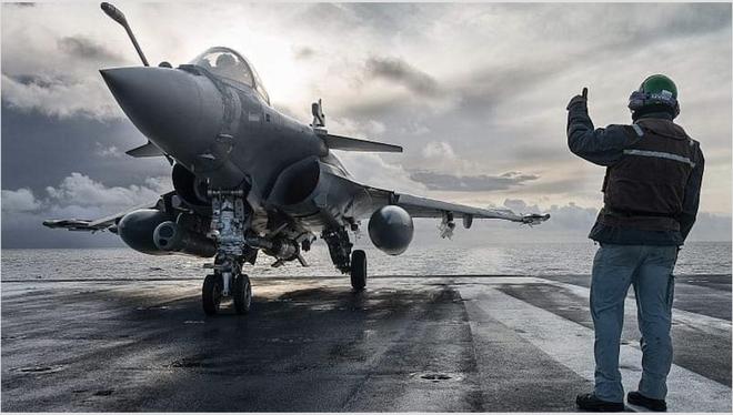 Bị tàu sân bay Pháp áp sát, tại sao Iran không hề lo ngại? - Ảnh 1.