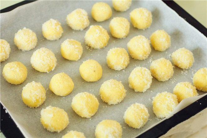 Ngày nghỉ tranh thủ làm ngay mẻ bánh dừa giòn thơm để dành đãi khách dịp Tết - Ảnh 3.