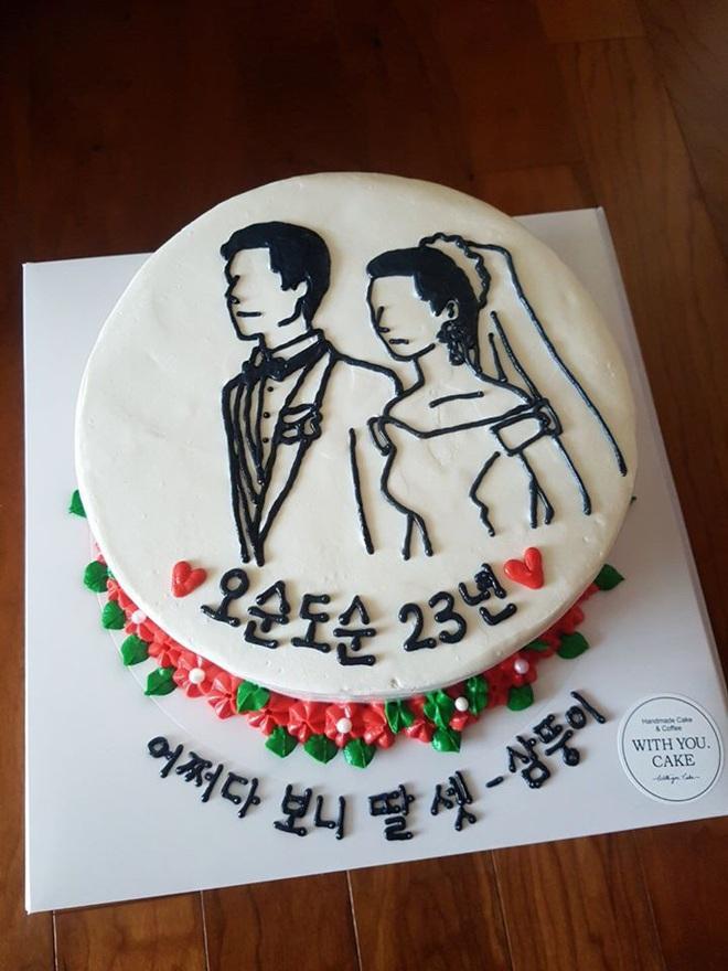 Đặt chiếc bánh kem mừng 30 năm ngày cưới bố mẹ, bạn trẻ khóc cạn nước mắt khi đến màn cắt bánh - Ảnh 2.