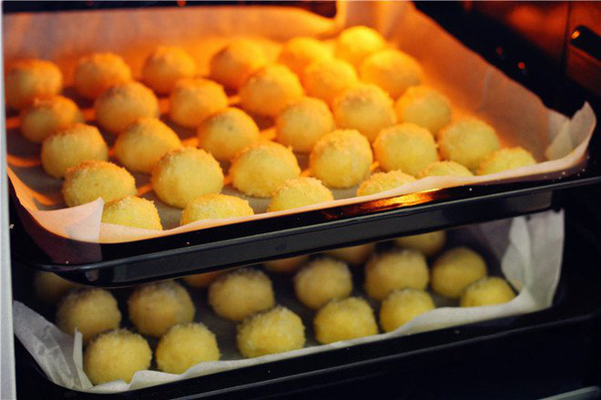 Ngày nghỉ tranh thủ làm ngay mẻ bánh dừa giòn thơm để dành đãi khách dịp Tết - Ảnh 4.