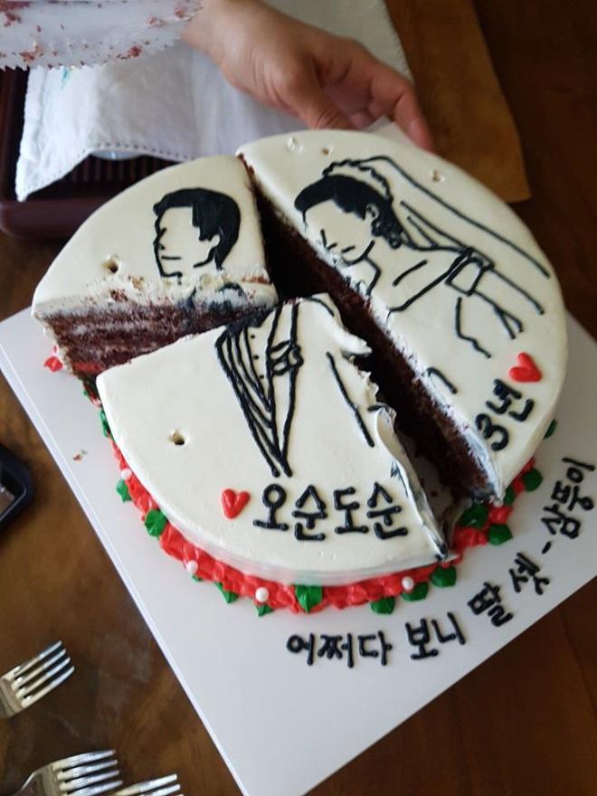 Đặt chiếc bánh kem mừng 30 năm ngày cưới bố mẹ, bạn trẻ khóc cạn nước mắt khi đến màn cắt bánh - Ảnh 3.