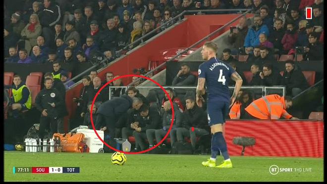 Ngang nhiên mò sang nhìn trộm chiến thuật của đối thủ, Mourinho phải nhận thẻ vàng - Ảnh 1.