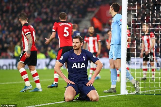 Ngang nhiên mò sang nhìn trộm chiến thuật của đối thủ, Mourinho phải nhận thẻ vàng - Ảnh 3.