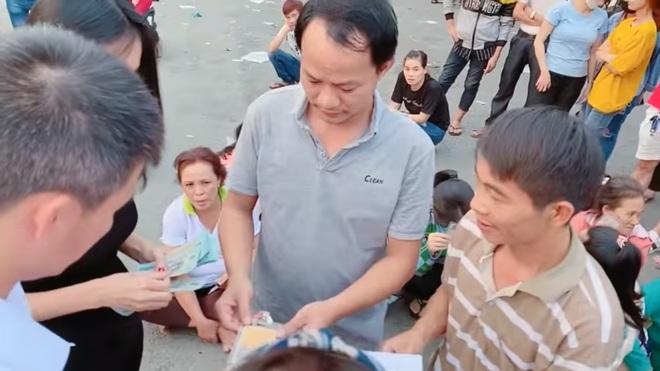 Thủy Tiên, Công Vinh cầm 1 tỷ tiền mặt cứu giúp công nhân bị nợ lương Tết, ai cũng xúc động - Ảnh 3.