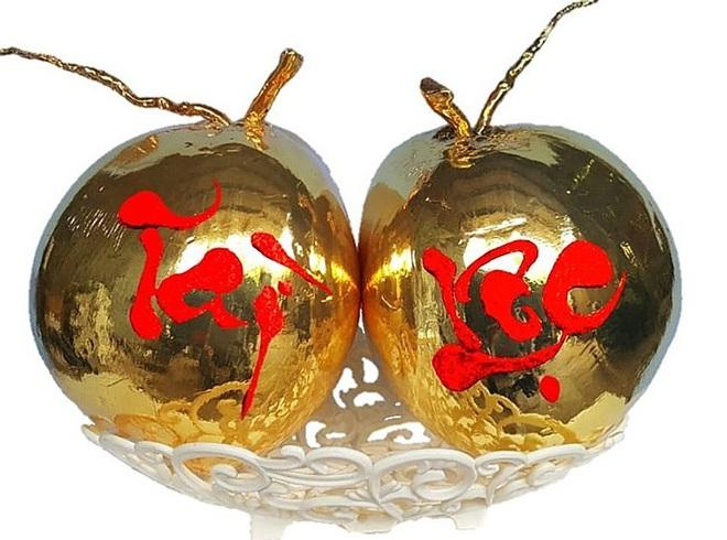 Dừa tươi dát vàng độc đáo ngày Tết thu hút khách hàng - Ảnh 1.