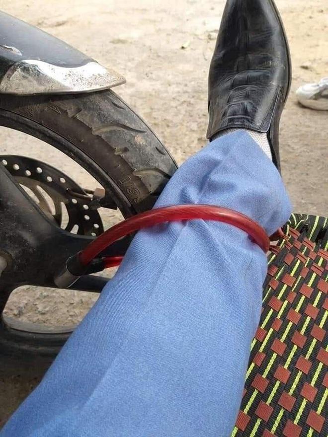 Say không biết gì, người đàn ông nằm vật giữa cửa hàng cây cảnh, khóa bánh xe vào chân - Ảnh 2.
