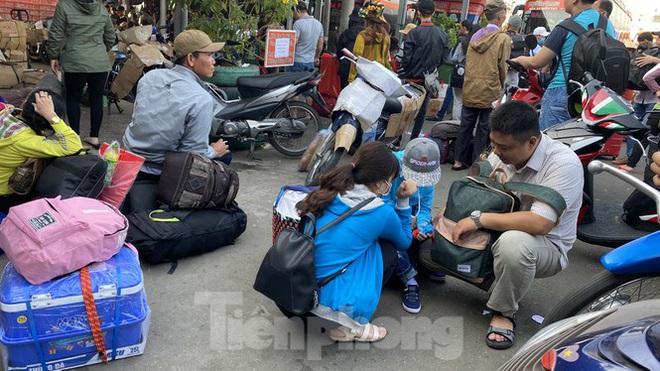 Người dân miền Tây ùn ùn rời Sài Gòn về quê ăn Tết - Ảnh 2.