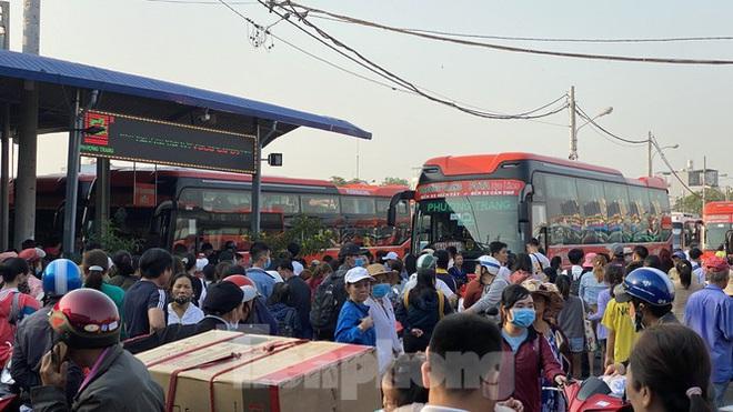Người dân miền Tây ùn ùn rời Sài Gòn về quê ăn Tết - Ảnh 12.