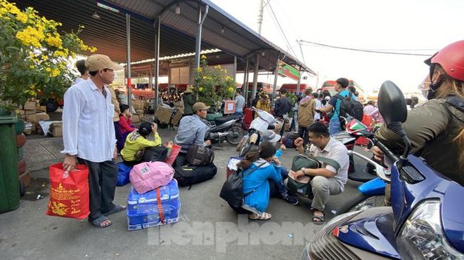Người dân miền Tây ùn ùn rời Sài Gòn về quê ăn Tết - Ảnh 3.
