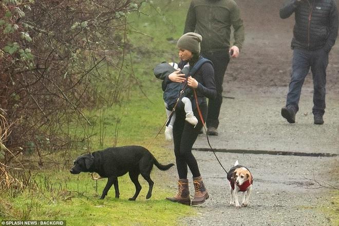 Meghan Markle lần đầu cho con trai lộ diện ở Canada khi dắt chó đi dạo, nhìn cách đứa trẻ được mẹ chăm sóc khiến ai cũng lo lắng - ảnh 3