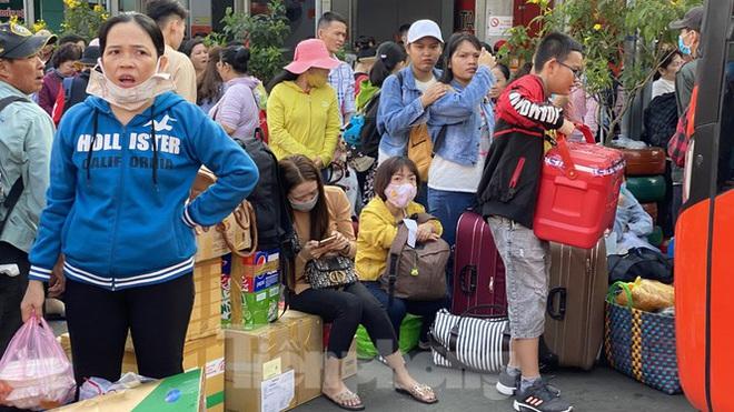 Người dân miền Tây ùn ùn rời Sài Gòn về quê ăn Tết - Ảnh 4.