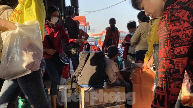 Người dân miền Tây ùn ùn rời Sài Gòn về quê ăn Tết - Ảnh 6.