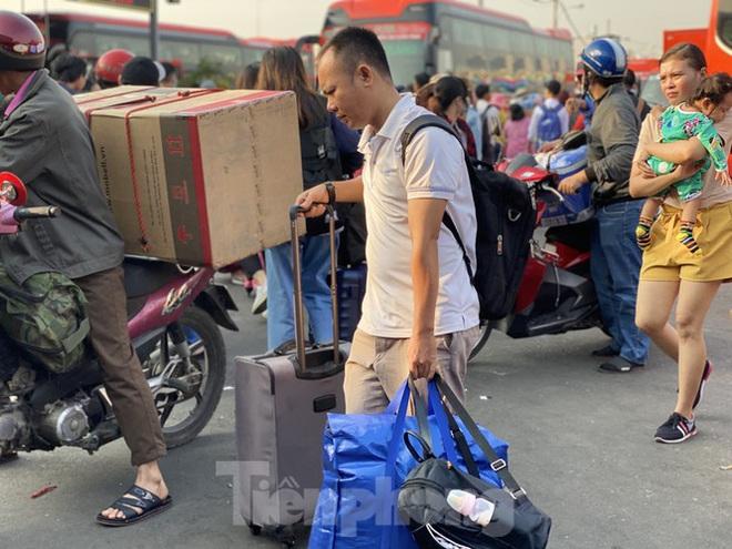 Người dân miền Tây ùn ùn rời Sài Gòn về quê ăn Tết - Ảnh 8.