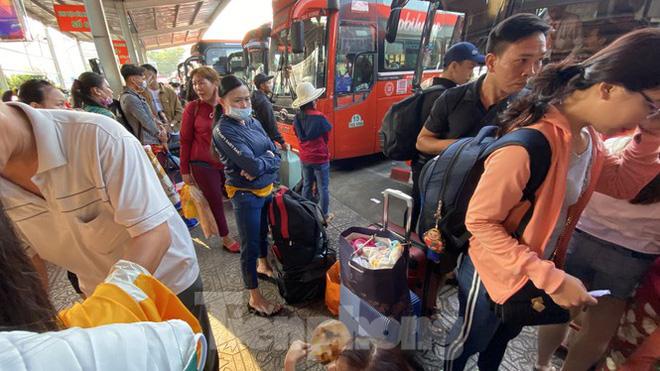 Người dân miền Tây ùn ùn rời Sài Gòn về quê ăn Tết - Ảnh 10.