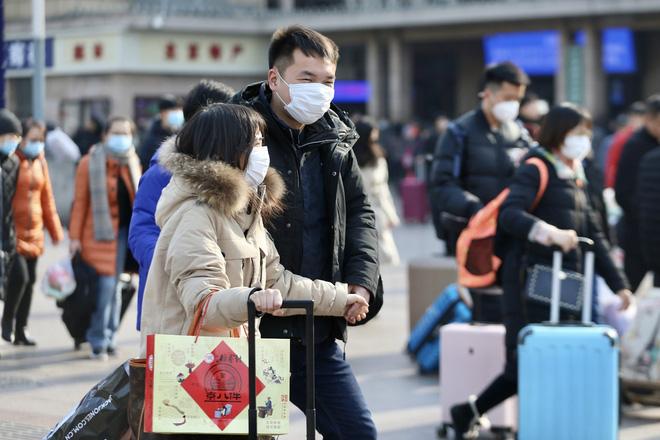 24h qua ảnh: Người dân Trung Quốc đeo khẩu trang vì sợ nhiễm virus viêm phổi lạ - Ảnh 2.