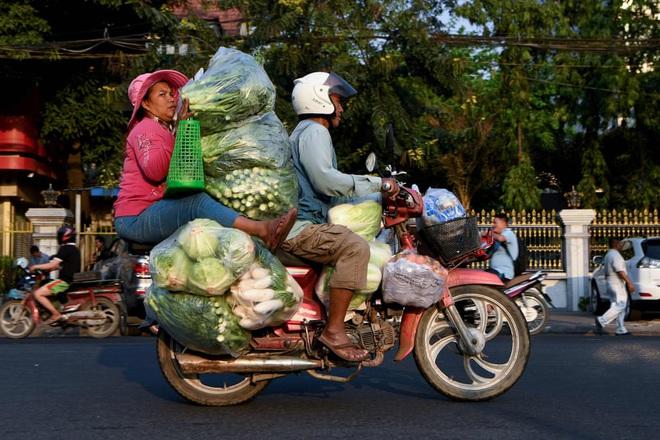 24h qua ảnh: Người dân Trung Quốc đeo khẩu trang vì sợ nhiễm virus viêm phổi lạ - Ảnh 1.