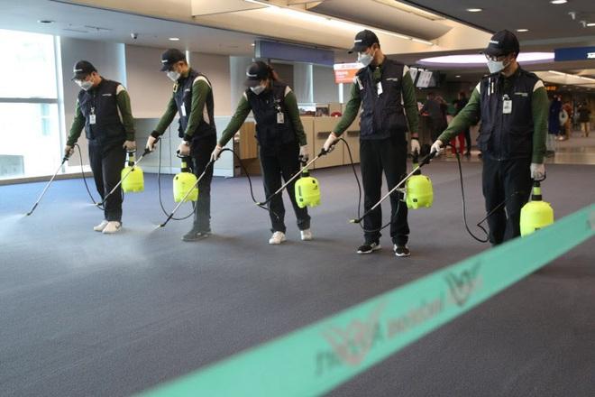 24h qua ảnh: Người dân Trung Quốc đeo khẩu trang vì sợ nhiễm virus viêm phổi lạ - Ảnh 8.