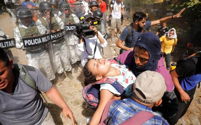 24h qua ảnh: Người dân Trung Quốc đeo khẩu trang vì sợ nhiễm virus viêm phổi lạ - Ảnh 3.