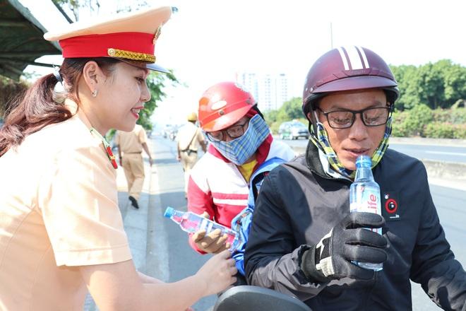 CSGT TPHCM phát nước miễn phí cho người dân lưu thông trên Quốc lộ 1 ngày 28 Tết - Ảnh 24.