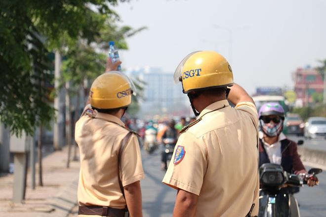 CSGT TPHCM phát nước miễn phí cho người dân lưu thông trên Quốc lộ 1 ngày 28 Tết - Ảnh 19.