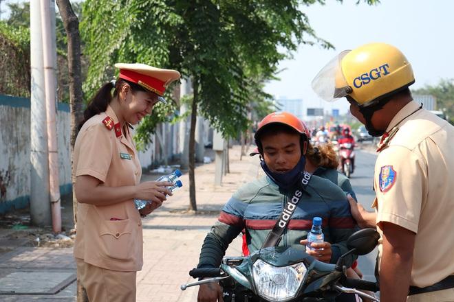 CSGT TPHCM phát nước miễn phí cho người dân lưu thông trên Quốc lộ 1 ngày 28 Tết - Ảnh 16.