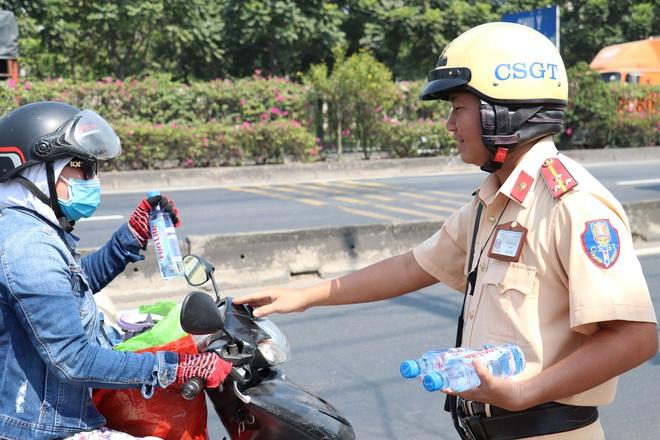 CSGT TPHCM phát nước miễn phí cho người dân lưu thông trên Quốc lộ 1 ngày 28 Tết - Ảnh 15.