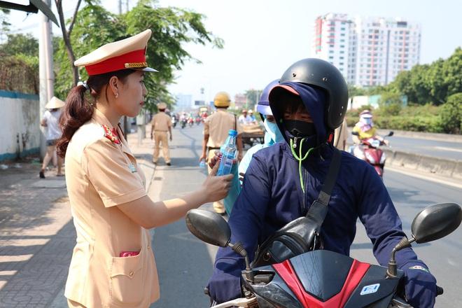 CSGT TPHCM phát nước miễn phí cho người dân lưu thông trên Quốc lộ 1 ngày 28 Tết - Ảnh 14.