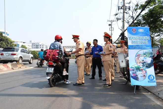 CSGT TPHCM phát nước miễn phí cho người dân lưu thông trên Quốc lộ 1 ngày 28 Tết - Ảnh 9.