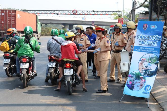 CSGT TPHCM phát nước miễn phí cho người dân lưu thông trên Quốc lộ 1 ngày 28 Tết - Ảnh 8.