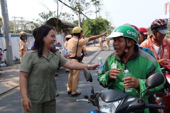 CSGT TPHCM phát nước miễn phí cho người dân lưu thông trên Quốc lộ 1 ngày 28 Tết - Ảnh 7.