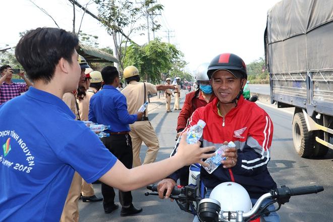 CSGT TPHCM phát nước miễn phí cho người dân lưu thông trên Quốc lộ 1 ngày 28 Tết - Ảnh 6.
