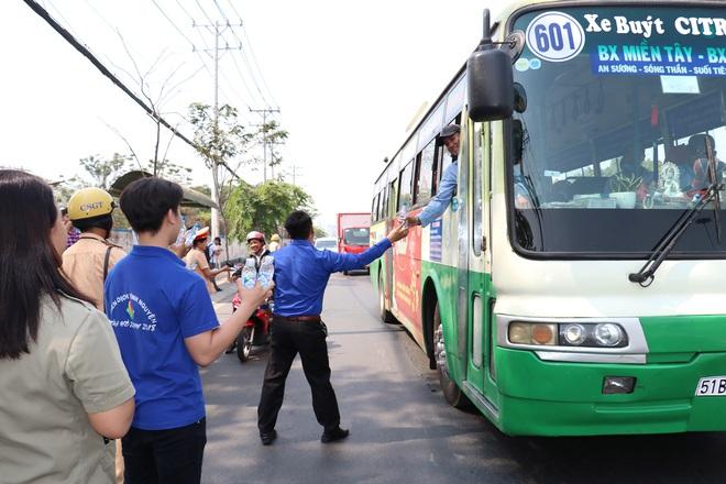 CSGT TPHCM phát nước miễn phí cho người dân lưu thông trên Quốc lộ 1 ngày 28 Tết - Ảnh 5.