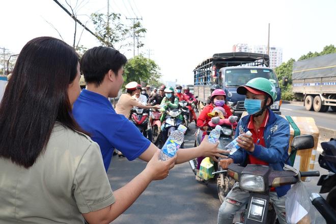CSGT TPHCM phát nước miễn phí cho người dân lưu thông trên Quốc lộ 1 ngày 28 Tết - Ảnh 3.