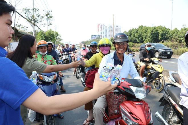 CSGT TPHCM phát nước miễn phí cho người dân lưu thông trên Quốc lộ 1 ngày 28 Tết - Ảnh 2.