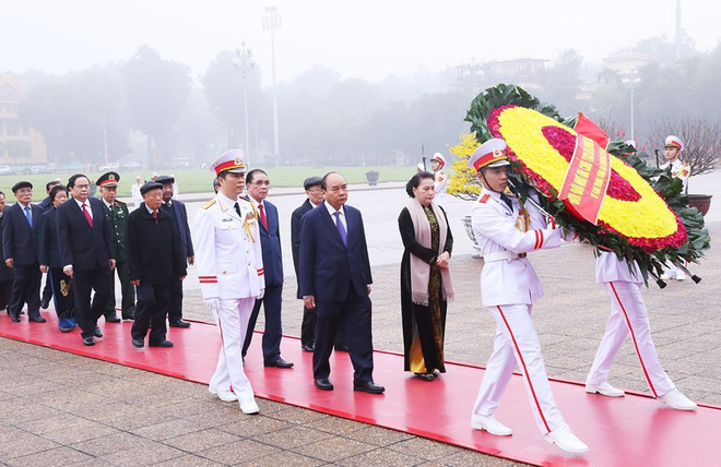 Hình ảnh các đoàn đại biểu vào Lăng viếng Chủ tịch Hồ Chí Minh - Ảnh 1.