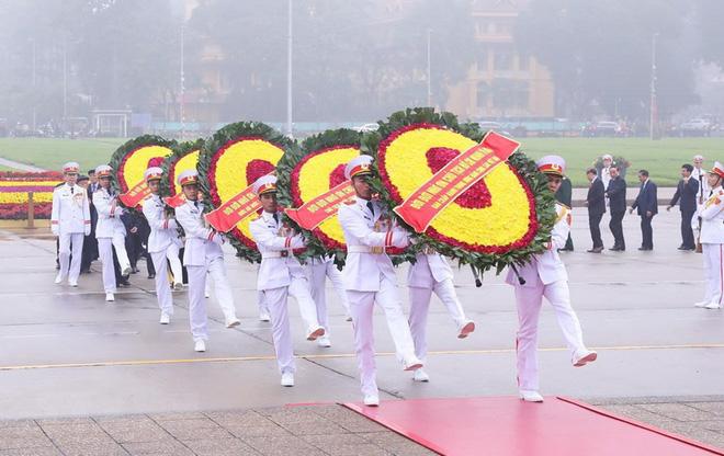 Hình ảnh các đoàn đại biểu vào Lăng viếng Chủ tịch Hồ Chí Minh - Ảnh 2.