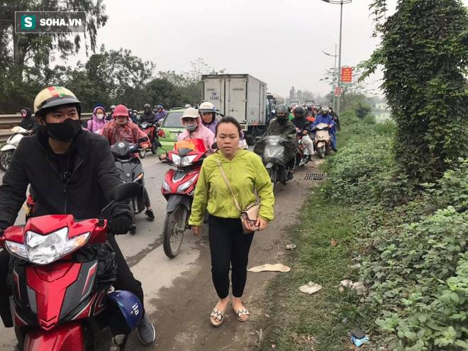 [28 Tết] Đường 2 chiều biến thành 1 chiều ở Quốc lộ 1A, người dân bỏ xe máy xuống đi bộ - Ảnh 8.