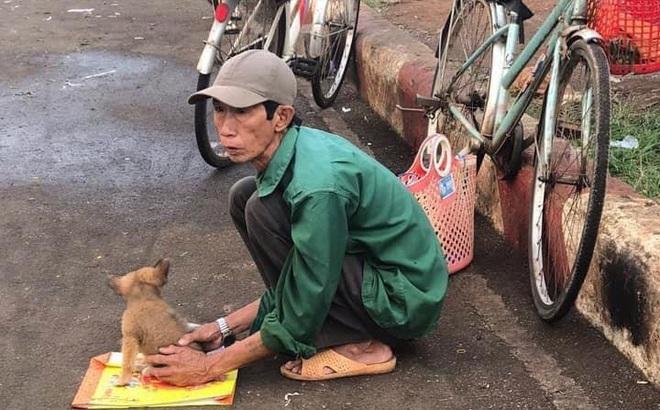 Xót xa hình ảnh 'lão Hạc thời nay' đem cún con đi bán ngày giáp Tết