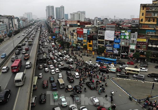 Người dân chở đào, quất về quê đón Tết, đường phố Hà Nội tê liệt - Ảnh 1.