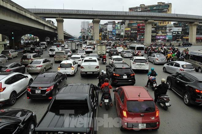 Người dân chở đào, quất về quê đón Tết, đường phố Hà Nội tê liệt - Ảnh 2.